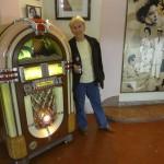 Cuban ingenuity adapted vintage jukebox to CDs